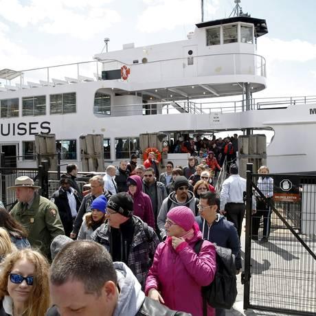 Passageiros deixam a Liberty Island, onde está a Estátua da Liberdade, após ameaça de bomba e presença de pacote suspeito. Serrviço Nacional de Parques está examinando o local Foto: LUCAS JACKSON / REUTERS