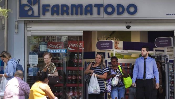 Venezuelanos em farmácia de Caracas em fevereiro. Ministério da Saúde anunciou programa de distribuição de remédios, mas erecebeu críticas de associações médicas Foto: Ariana Cubillos / AP