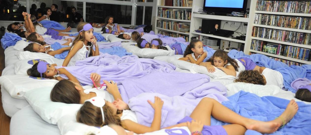 ACAMPAMENTO. Festa de Nina Carvalho, em março, que reuniu 30 amigas no seu apartamento em São Conrado Foto: Marlon Falcão / Divulgação