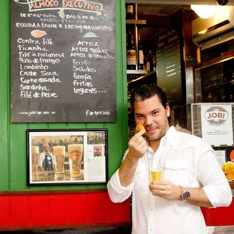 Brasilidade. O chef Pedro Artagão é fã dos quitutes do Jobi, no Leblon. Ele valoriza pratos tipicamente brasileiros Foto: Bia Guedes
