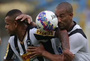 O atacante Bill, do Botafogo, e o zagueiro Rodrigo, do Vasco, disputam a bola no empate em 0 a 0 entre os dois times na Taça Guanabara de 2015 Foto: Márcio Alves / Agência O Globo
