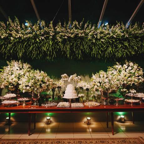 Na mesa do bolo. Arranjo sugerido pela decoradora e cerimonialista Gislaine Domingues para festa no Solar Imperial Foto: Divulgação/ Fabricia Soares