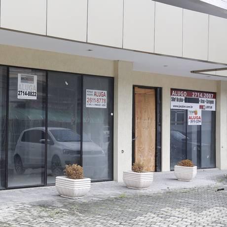 Lojas vazias em edifício de São Francisco, na Zona Sul Foto: Agência O Globo / Felipe Hanower