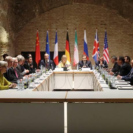 Negociadores do Irã e das seis potências mundiais reunidos no Palais Coburg, em Viena. Negociações devem continuar na próxima semana, em Nova York Foto: HEINZ-PETER BADER / REUTERS
