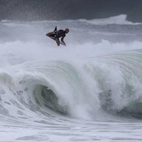 """O havaiano Mike Stewart """"voou"""" na etapa do ano passado. Foto: Divulgação / Tony D`andrea"""