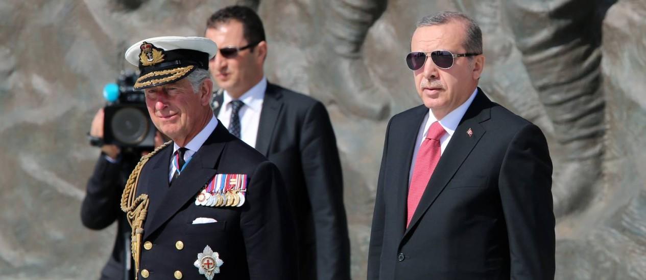 Príncipe Charles (esquerda) e presidente turco, Recep Tayyip Erdogan, durante as celebrações do centenário da batalha de Gallipoli Foto: Burhan Ozbilici / AP