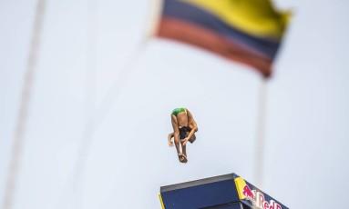 Jucelino Júnior salta durante o dia de abertura do Mundial de Salto de Penhasco em Cartagena, Colômbia Foto: Fabio Piva / www.redbullcontentpool.com