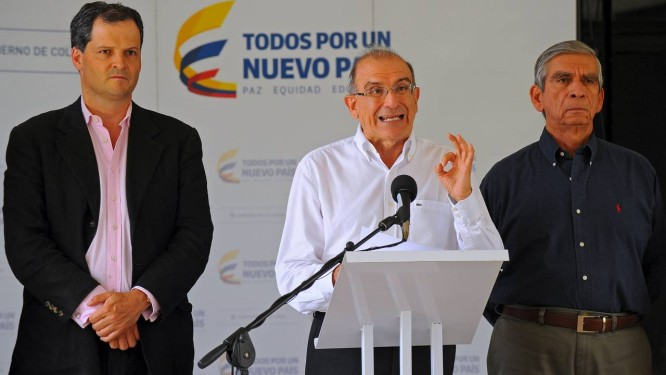 Líder da equipe de negociação do governo colombiano, Humberto de la Calle, durante reuniões em Havana. Em carta ao presidente Juan Manuel Santos, Farc pediram aceleração do processo de paz Foto: STRINGER / REUTERS