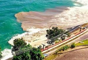 Imagem publicada pelo músico Gabriel O Pensador no Facebook mostra esgoto em mar de São Conrado Foto: Gabriel O Pensador / Reprodução