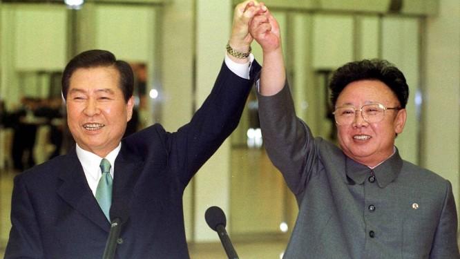 Em um momento histórico, os então presidentes das Coreias do Norte e do Sul, Kim Jong Il e Kim Dae-jung, respectivamente, erguem um o braço do outro durante um encontro em Pyongyang, em 2000 Foto: AP/14-16-2000