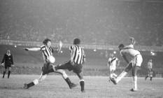 Fim do jejum. No Maracanã, Valfrido marca o segundo gol da vitória do Vasco, por 2 a 1, sobre o Botafogo: conquista do estadual após 12 anos Foto: 17/09/1970 / Agência O Globo