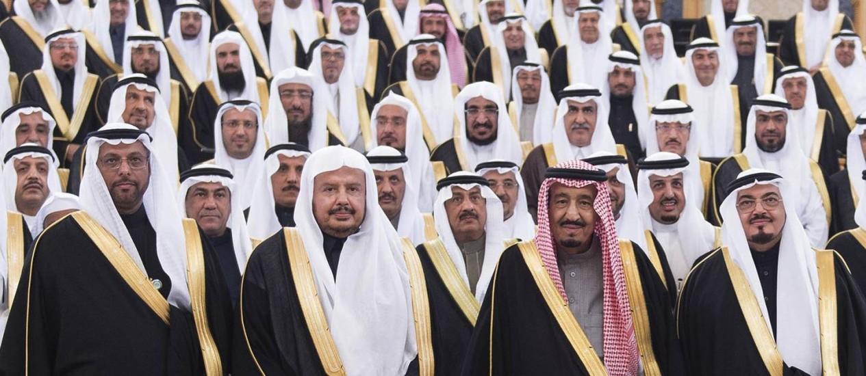 Salman bin Abdulaziz Al Saud (terceiro, da esquerda para a direita na primeira fileira) ao lado de membros do conselho real. Em disputa pela supremacia no Golfo Pérsico, Arábia Saudita liderou ataque às forças houthis do Iêmen Foto: AP