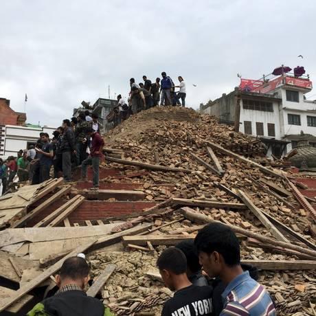 Moradores de Kathmandu sobre escombros após terremoto de 7,9 graus de magnitude. Tremor foi o mais intenso a atingir o país em mais de 80 anos Foto: NAVESH CHITRAKAR / REUTERS