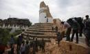 Voluntários removem escombros da torre histórica Dharahara Foto: Niranjan Shrestha / AP