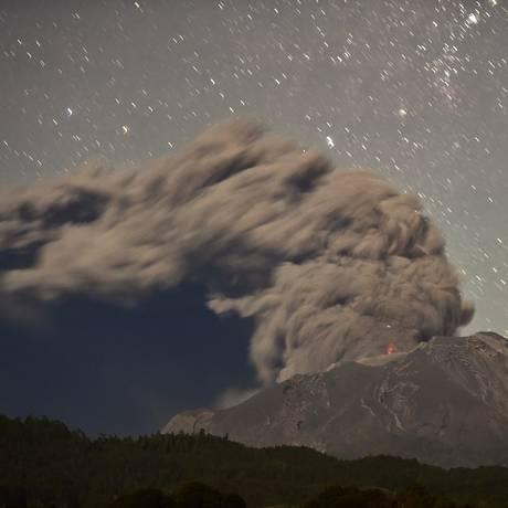 Vulcão em erupção no Chile Foto: MARTIN BERNETTI / AFP