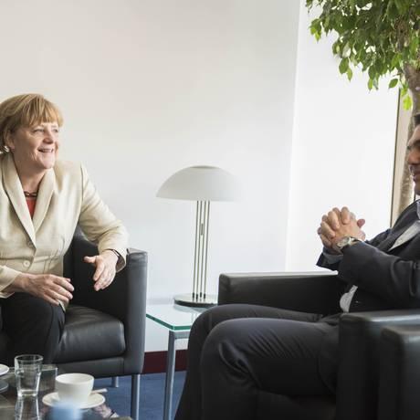 Angela Merkel, chanceller da Alemanha, conversa com o primeiro-ministro grego, Alexis Tsipras, antes de encontro de autoridades da zona do euro Foto: Andrea Bonetti/Greek Government / via Bloomberg