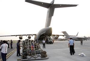 Suprimentos são colocados a bordo de avião da Força Aérea Indiana em direção ao Nepal Foto: Rajesh Kumar / AP