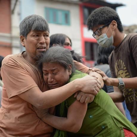 Nepaleses de Kathmandu na Praça Darbar, site da UNESCO que foi duramente afetado pelo terremoto Foto: Prakash Mathema / AFP