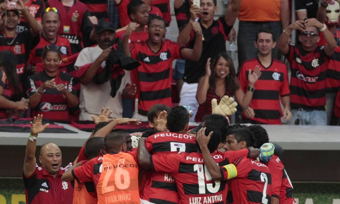 Casa fora. Jogadores do Flamengo comemoram um gol sobre o Atlético-MG dianta de sua torcida no Mané Garrincha, no Brasileiro de 2013 Foto: Jorge William/4-8-2013