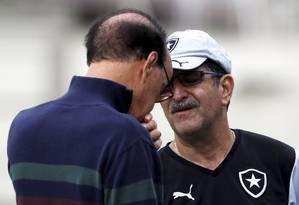Dupla. Antônio Lopes e René Simões conversam. Os dois usaram seus conhecimentos para montar o elenco Foto: Marcos Tristão / Agência O Globo