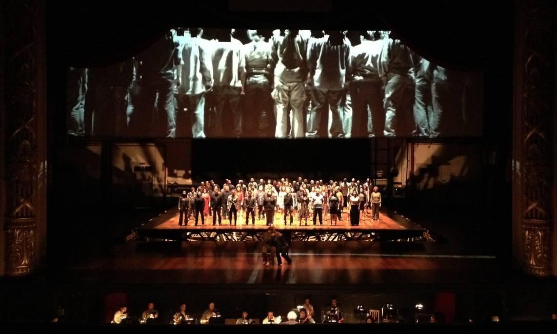 Integração. Músicos, solistas e coro dividem a cena com um filme dirigido por Jatahy Foto: Divulgação/Marcelo Lipiani