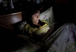 A professora Julia Barros teima em levar seu smartphone para a cama todas as noites antes de dormir Foto: Agência O Globo / Marcelo Piu