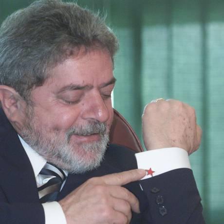 Lula, em 2003, com punho adornado por abotoaduras Foto: Gustavo Miranda / Agência O Globo