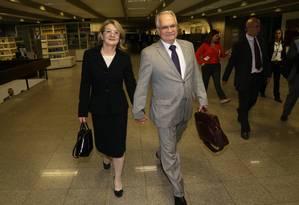 Professor Luiz Edson Fachin nos corredores do Senado com a sua esposa Rosana Fachin Foto: Ailton de Freitas / Agência O Globo