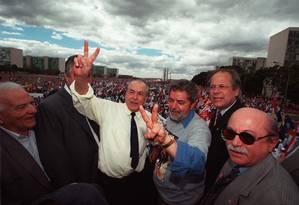 """Na Esplanada, em 1999, Brizola e Lula fazem o """"V"""" da vitória entre Neiva Moreira (PDT), José Dirceu (PT) E João Amazonas (PCdoB) Foto: Roberto Stuckert Filho"""