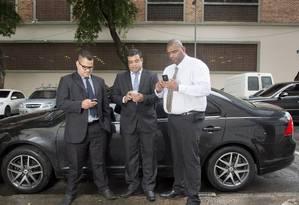 Jefferson Rodrigues,Wagner Pereira e Emiliano são motoristas que usam o aplicativo Uber Foto: Hudson Pontes / Agência O Globo