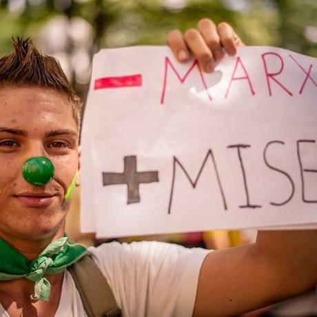 Manifestação em Belo Horizonte teve crítica à economia: jovem pede menos Karl Marx e mais Ludwig von Mises Foto: Movimento Brasil Livre / Victor Lupianez