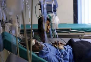 Mulher aompanha vítima do terremoto no Nepal em hospital de Katmandu. País pediu ajuda no resgate e tratamento de cidadãos afestados por tremores de terra Foto: ADNAN ABIDI / REUTERS