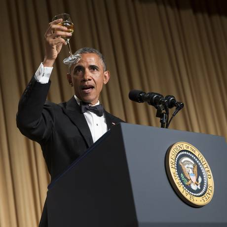 Obama levanta sua taça em um brinde durante o jantar com jornalistas que cobrem a Casa Branca Foto: Evan Vucci / AP
