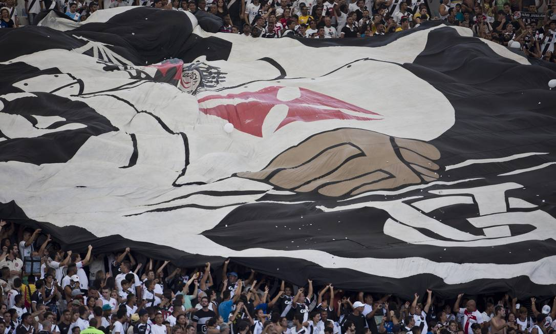 O escudo gigante do Vasco é aberto na arquibancada do Maracanã, para delírio da torcida Guito Moreto / Agência O Globo
