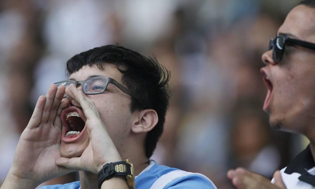 Vasco x Botafogo: torcedores soltam o grito para incentivar os jogadores em campo Marcelo Carnaval / Agência O Globo