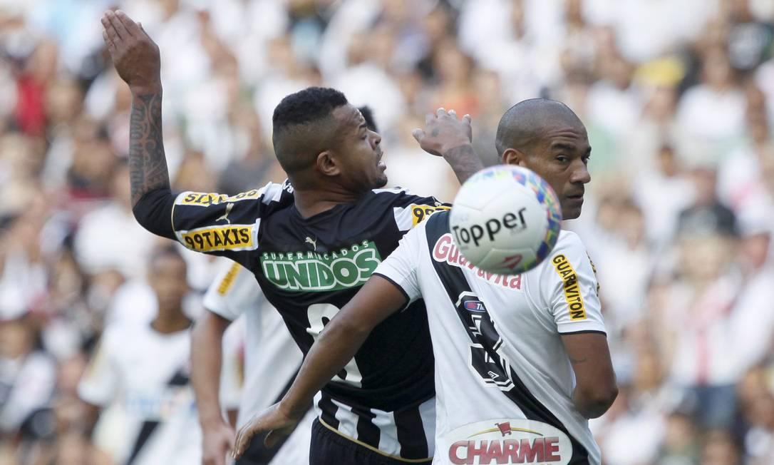 Bill, do Botafogo, disputa a bola no alto contra Rodrigo, do Vasco, na primeira partida da decisão do Carioca Marcelo Carnaval / Agência O Globo