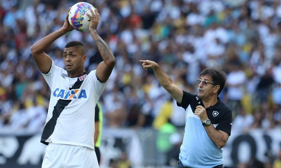 O lateral Christianno cobra arremesso para o Vasco, diante do técnico do Botafogo, René Simões Guilherme Pinto / Agência O Globo