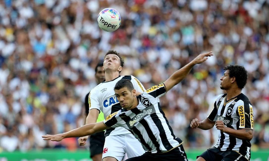 Dagoberto tenta jogada bonita no ataque do Vasco: aplica lençol no zagueiro do Botafogo e depois conclui para fora Guilherme Pinto / Agência O Globo