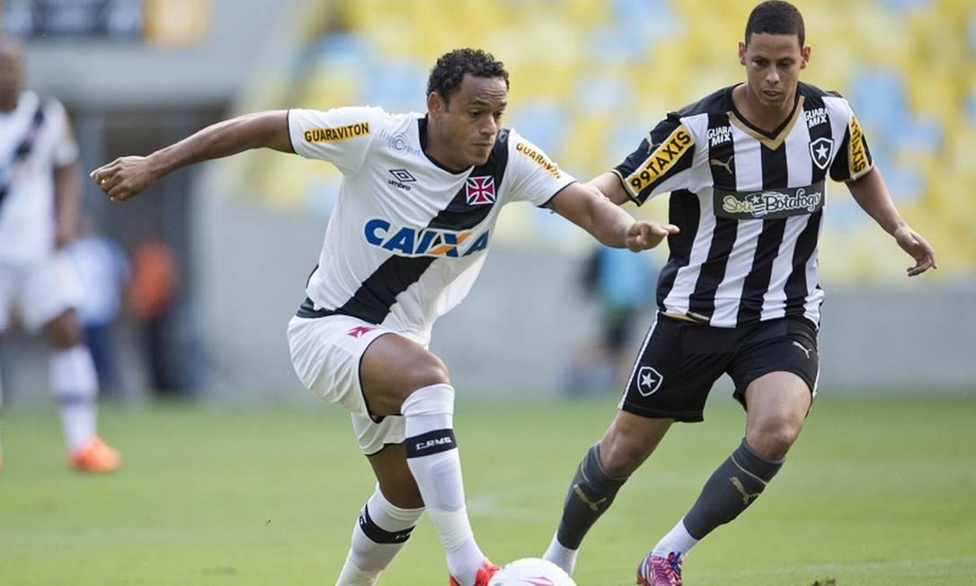 Marcinho conduz a bola pelo Vasco, acompanhado de perto pela marcação no meio de campo do Botafogo Guito Moreto / Agência O Globo