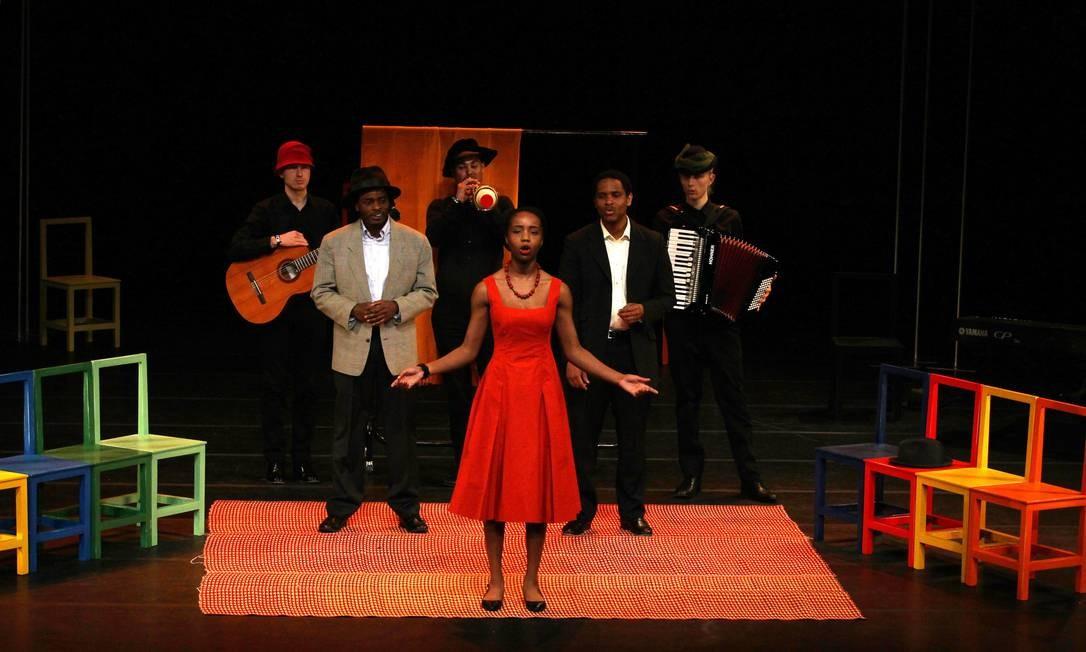 Pequena orquestra. Em cena, três músicos e três atores ambientam e narram a história de um casal sul-africano que tem a vida desestruturada após um episódio de infidelidade Foto: Michel Filho