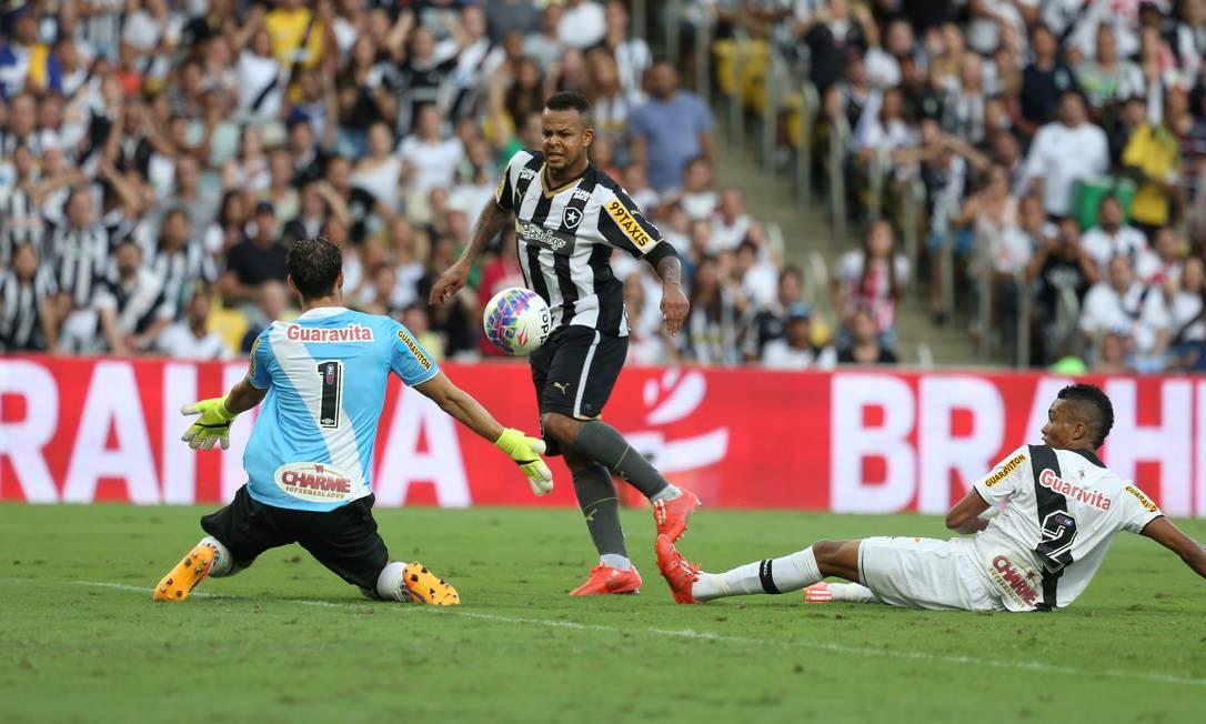 Bill quase marca para o Botafogo, aos 8 minutos do 2º tempo: susto grande para o goleiro do Vasco, Martin Silva Guilherme Pinto / Agência O Globo