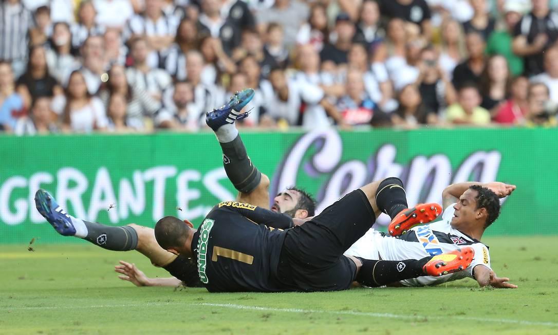 Chance de gol para o Vasco, bola cruzada na área, e Marcinho tentou a conclusão, marcado por Diego Renan e diante do goleiro Renan Guilherme Pinto / Agência O Globo