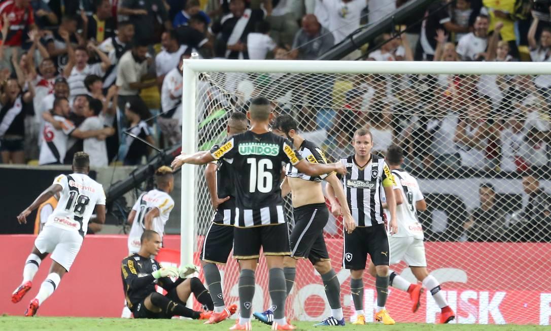 Thalles (18) corre para comemorar o gol de Rafael Silva (à frente dele) para o Vasco, diante de Gilberto (9) e dos jogadores do Botafogo, desolados Guilherme Pinto / Agência O Globo