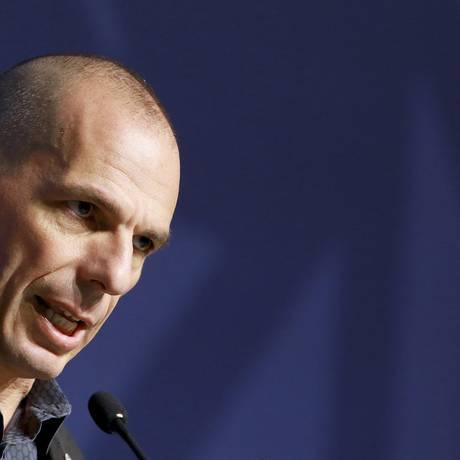 O ministro grego das Finanças, Yanis Varoufakis, durante encontro do Eurogrupo em Riga, Latvia Foto: Dmitris Sulzics / AP