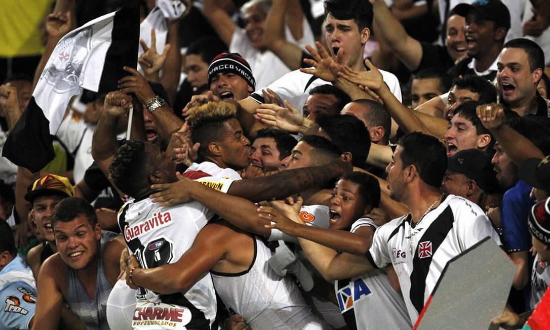 Rafael Silva comemora o gol da vitória do Vasco com os torcedores na arquibancada Marcelo Sadio / Divulgação/Vasco