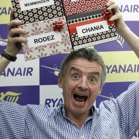 Michael O'Leary, CEO da Ryanair, segura caixas com os novos destinos da companhia aérea Foto: REUTERS/ 24-11-2011