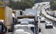 Em 2012, greve de caminhoneiros fechou a rodovia Presidente Dutra BR-116 próximo a Barra Mansa