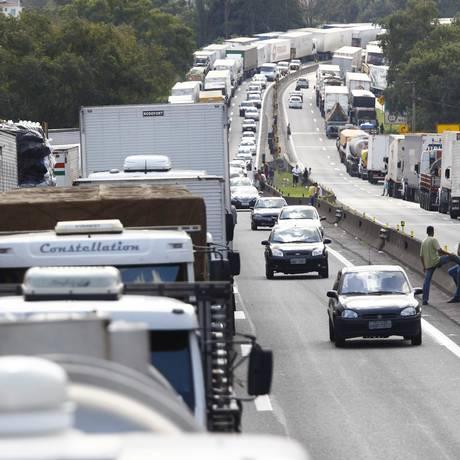 Em 2012, greve de caminhoneiros fechou a rodovia Presidente Dutra BR-116 próximo a Barra Mansa Foto: Arquivo/ 31-7-2012