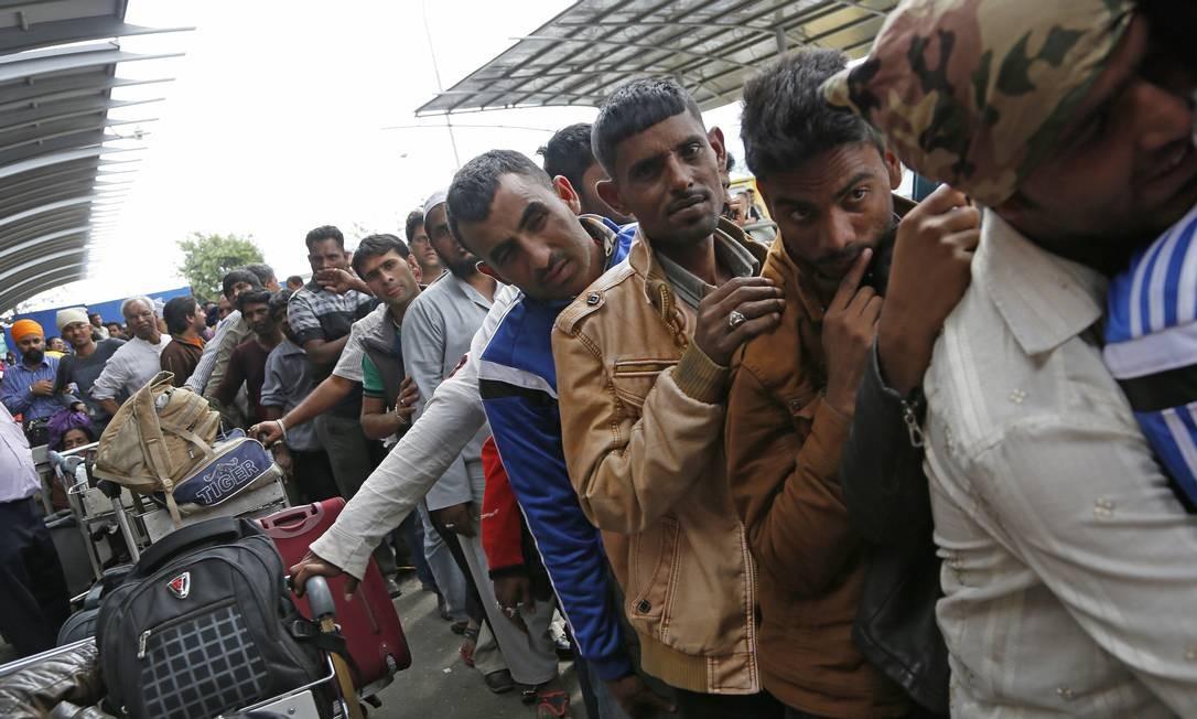 Indianos fazem fila no aeroporto de Kathmandu, um dia após o terremoto que devastou a capital do Nepal Foto: Wally Santana / AP