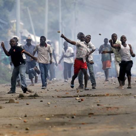 Manifestantes jogam pedras contra a polícia em Bujumbura Foto: THOMAS MUKOYA / REUTERS